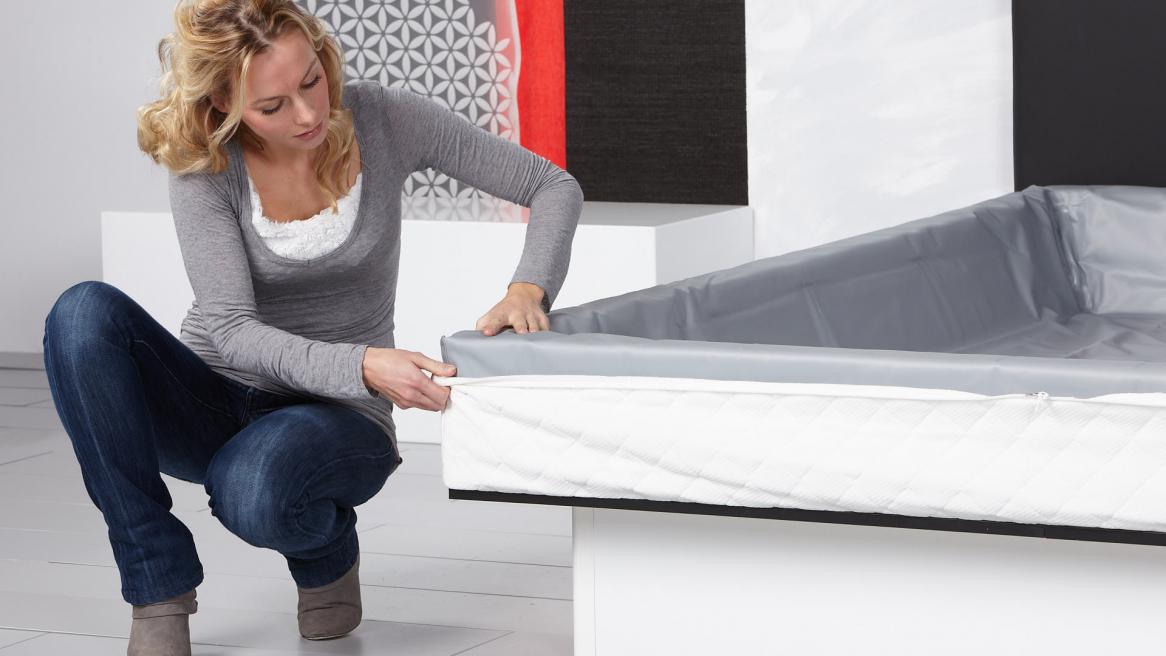 waterbed basic ondertijk om de veiligheidsvoering en schuimranden vouwen