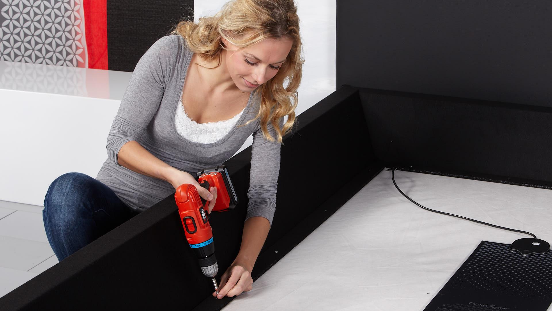 Wasserbett Basic Pro Schaumstoffrahmen an der Bodenplatte verschrauben