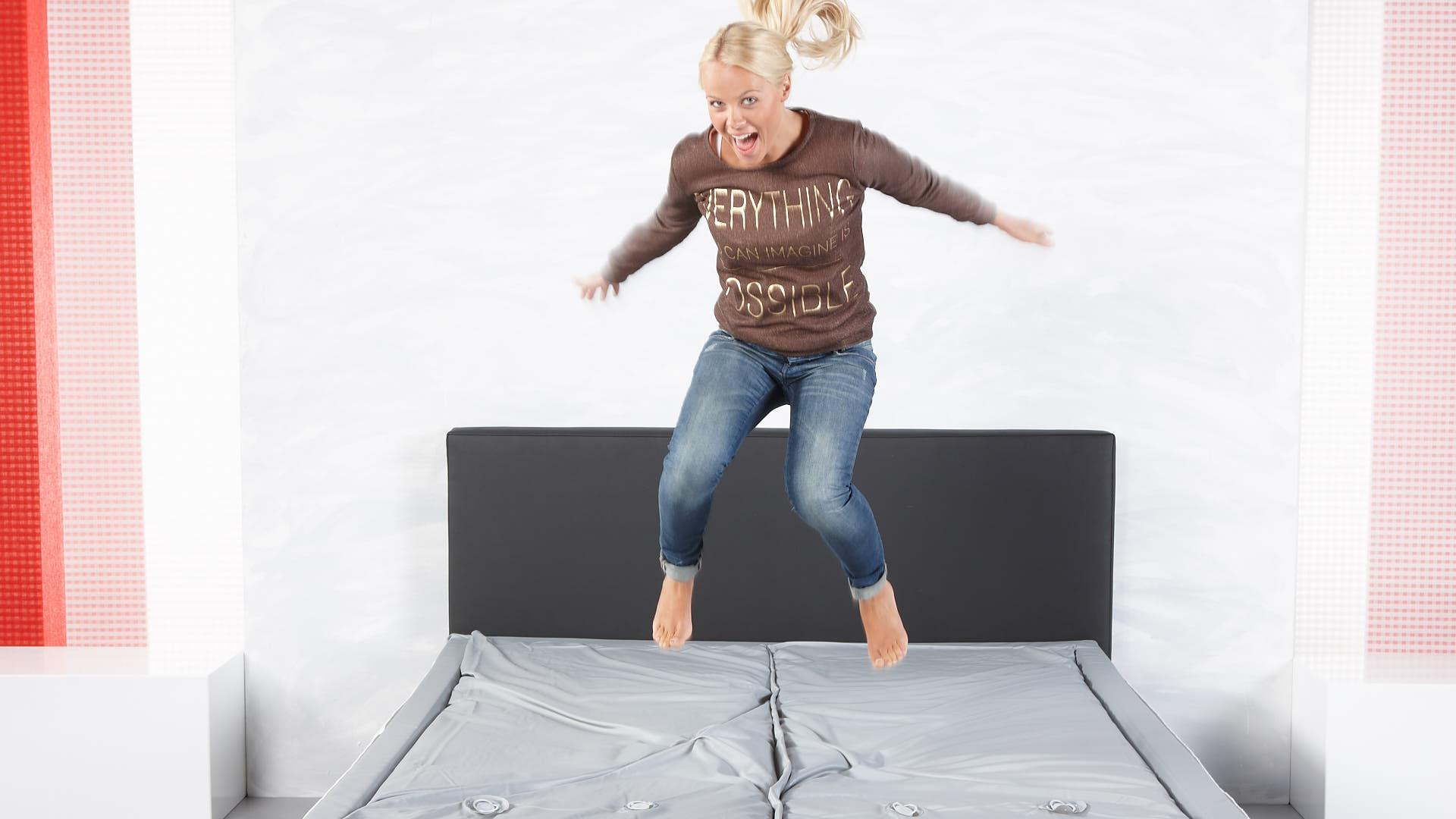 watermatras vooraanzicht op bed springen